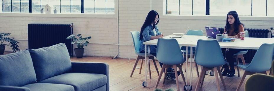 Chaises, bureaux, être humain, le monde du travail futur