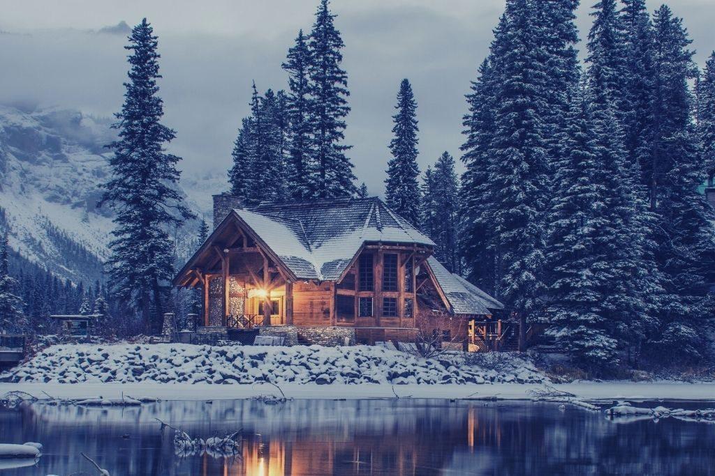 Chalet enneiger au bord d'un lac