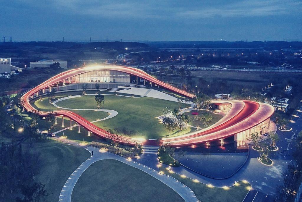Vue de nuit d'un bâtiment fait en 2020 en Chine