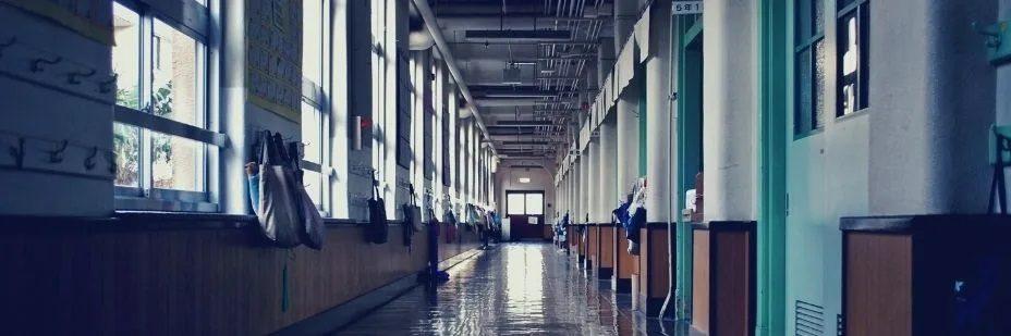 Photo d'un couloir d'école