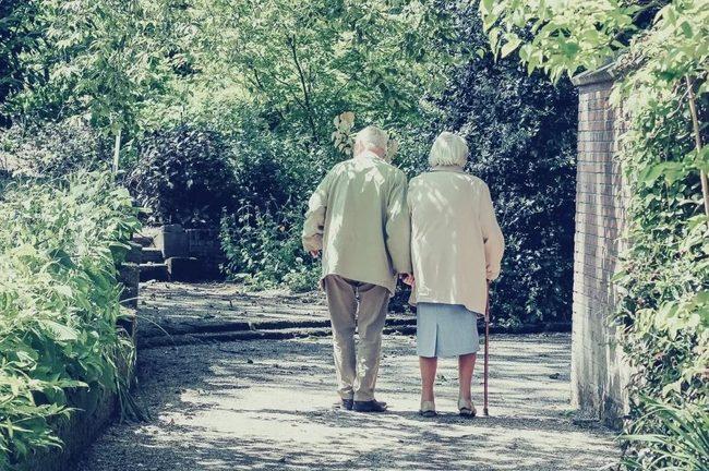 Deux personnes agées se tiennent la main